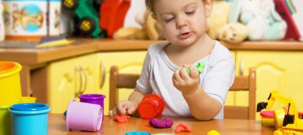 Малыш играет в пластилин